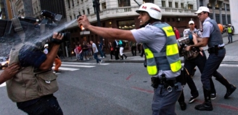 policial-que-disparou-spray-de-pimenta-em-jornalista-vira-meme-veja-as-montagens640x512_6455aicitonp17t337uue2bvr31g18a0rlgf1