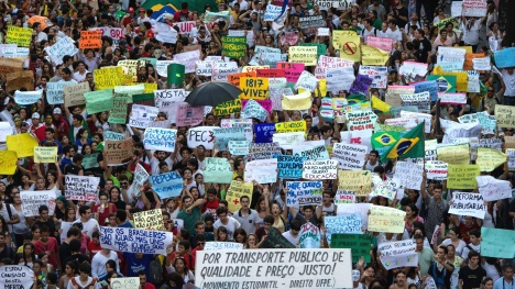 20jun2013---milhares-de-pessoas-seguem-em-protesto-no-centro-do-recife-pe-nesta-quinta-feira-segundo-a-secretaria-de-defesa-social-a-manifestacao-reune-100-mil-pessoas-dez-foram-detidas-pela-pm-1371764710675_1920x